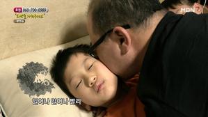 아침에 아이들을 깨우는 아빠